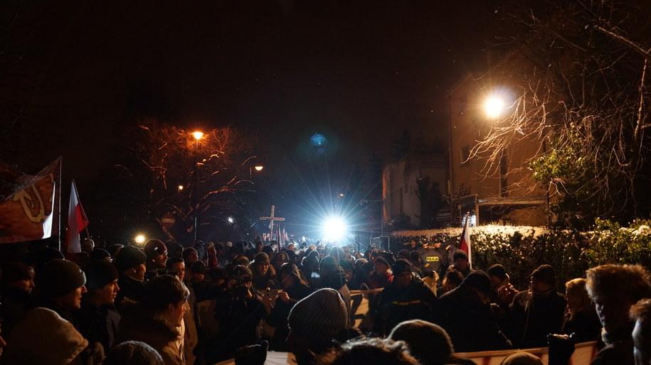 Przed domem generała Jaruzelskiego zebrało się ponad 350 osób /Michał Dukaczewski /RMF FM