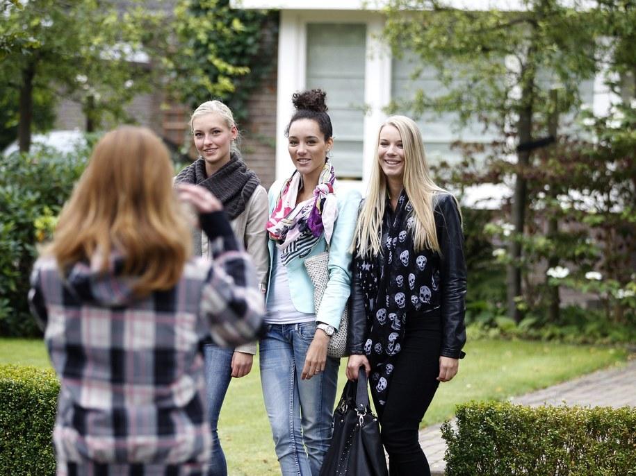 Przed domem nastolatki ustawiają się pierwsi potencjalni goście /PAP/EPA /PAP/EPA