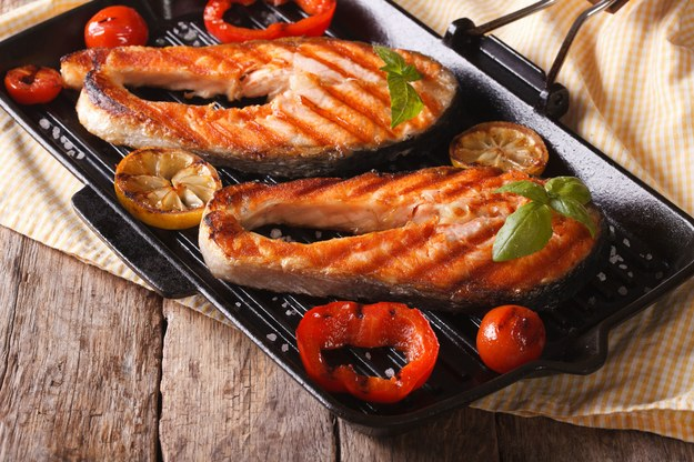 Przed grillowaniem włóż rybę do marynaty /123/RF PICSEL