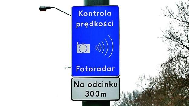 """Przed każdym fotoradarem przenośnym straży miejskiej musi – zgodnie z przepisami – znaleźć się znak """"Kontrola prędkości... Fotoradar"""" z tabliczką """"Na odcinku..."""". /Motor"""