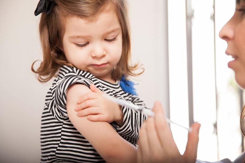 Przed każdym szczepieniem konieczne jest badanie pediatry /©123RF/PICSEL