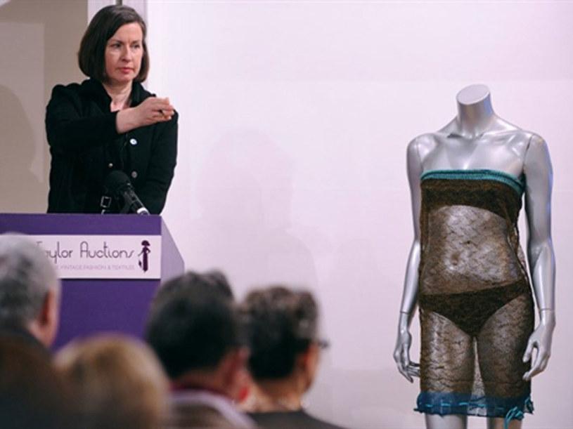Przed laty tą szyfonową kreacją Kate zachwyciła Williama, na aukcji sprzedano ją za  78 tys. funtów  /AFP