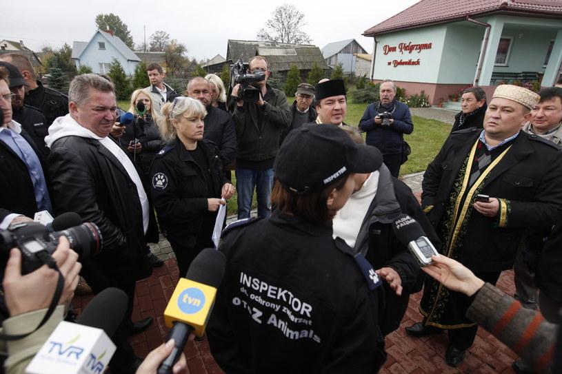 Przed meczetem w Bohonikach protestowali obrońcy zwierząt, argumentując, że ubój rytualny jest w Polsce zakazany. /Artur Reszko /PAP