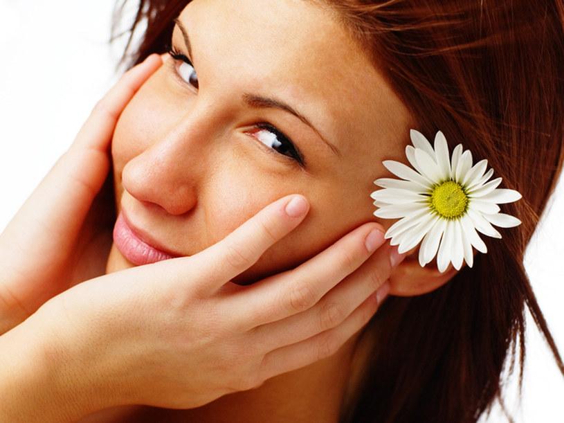 Przed nałożeniem kosmetyków, dokładnie oczyść twarz  /© Panthermedia
