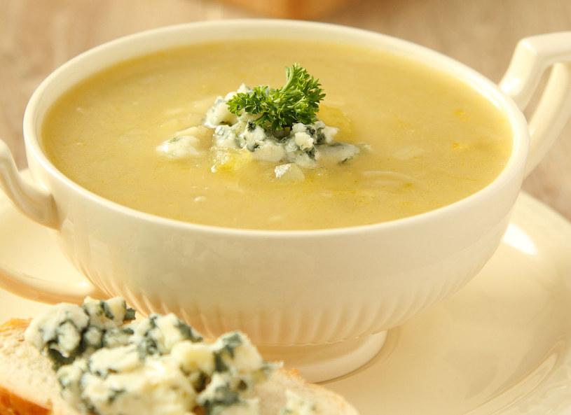 Przed podaniem zupe udekoruj plasterkami kalarepy /123RF/PICSEL