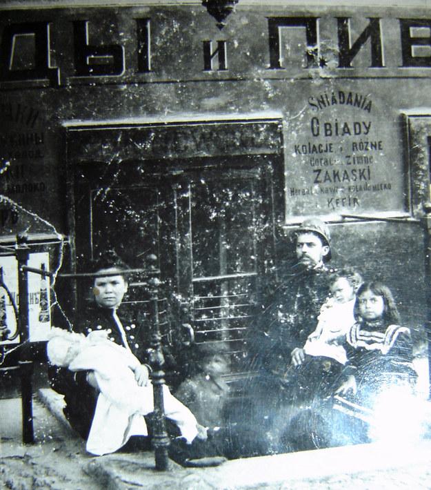 Przed restauracja w Odessie, rok 1908 (fot. z archiwum autorki) /INTERIA.PL