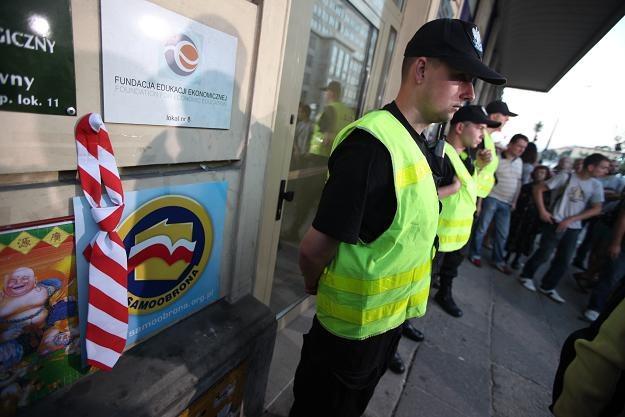 Przed siedzibą biura Samoobrony, gdzie znaleziono martwego Leppera, fot. T. Gzell /PAP