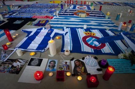Przed stadionem Espanyolu kibice składają kwiaty i zapalają znicze /AFP