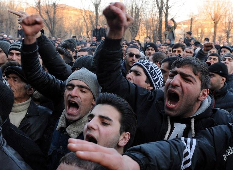 Przed tygodniem co najmniej 14 osób zostało rannych w wyniku starć między policją a kilkutysięcznym tłumem protestujących w Giumri, którzy domagali się wydania przez władze w Moskwie Walerija Piermiakowa /KAREN MINASYAN / AFP /AFP
