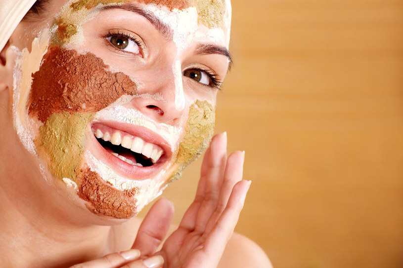 Przed ważnym wyjściem, aby poprawić napięcie skóry i dodać jej blasku, sięgnij po maskę liftingującą, np. z ekstraktem z owoców, kwiatów /123RF/PICSEL