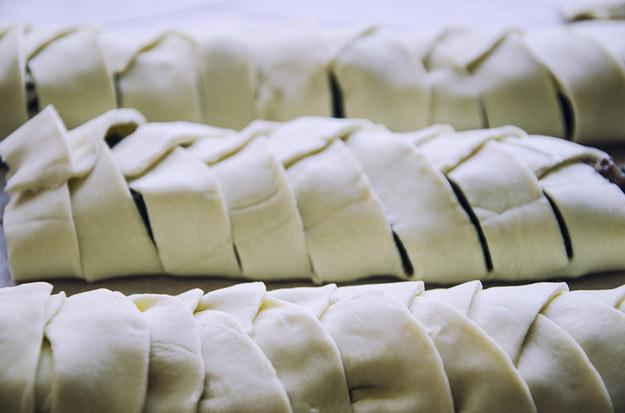 Przed włożeniem do pieca, wierzch nadzianego ciasta francuskiego smarujemy rozbełtanym jajkiem, fot. Malwina Zaborowska /RMF24