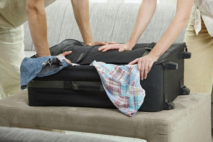 Przed włożeniem ubrań do walizki, zwiń je w rulon /123/RF PICSEL