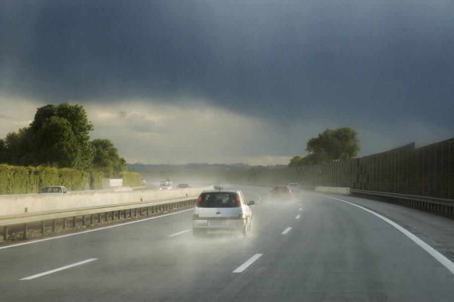 Przed wyjazdem na urlop warto sprawdzić stan techniczny samochodu /Photoshot    /PAP/EPA