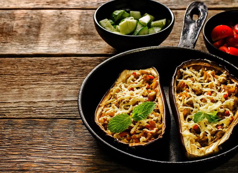 Przed zapieczeniem bakłażany możesz posypać startym serem /©123RF/PICSEL