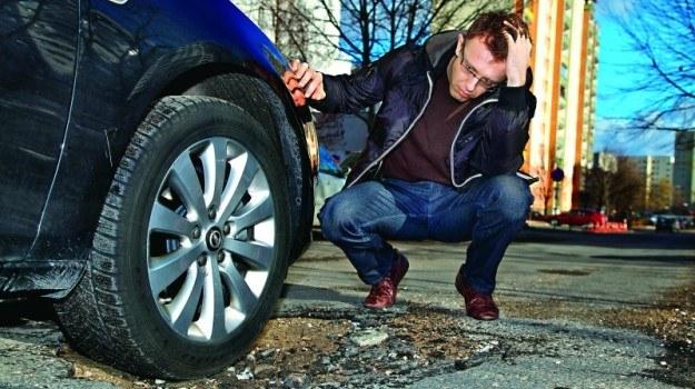 Przed zmianą koła warto udokumentować uszkodzenia lub wezwać policję. /Motor