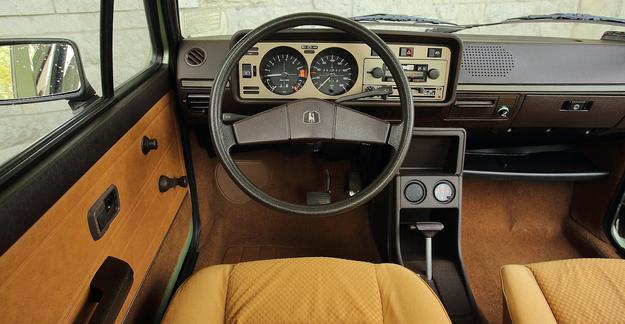 Przedliftowa tablica przyrządów wyróżniała się obecnością okrągłych  zegarów. Po 2. liftingu z 1980 r. wprowadzono prostokątne wskaźniki. /Motor
