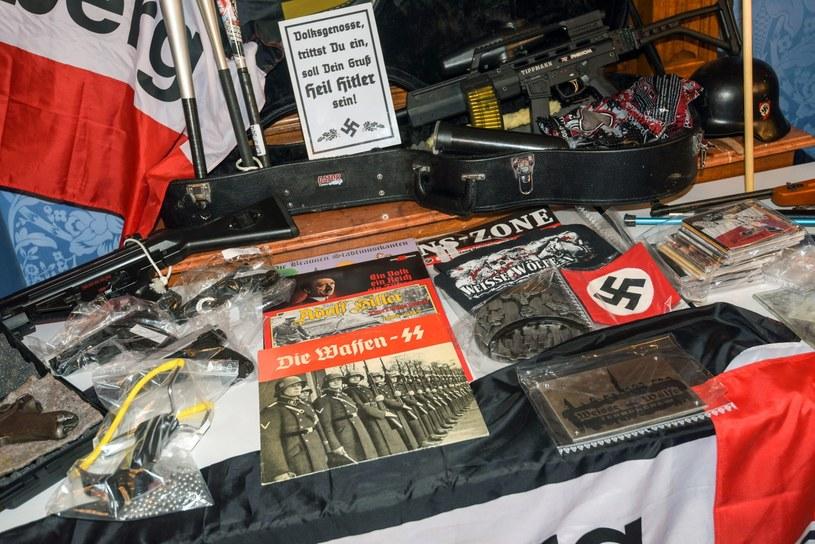 Przedmioty odkryte w domach członków szajki neonazistów /Nicolas Armer    /PAP/EPA