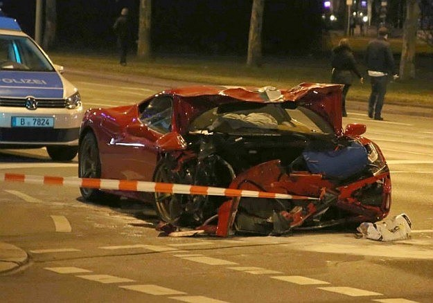 Przednia część Ferrari przestała istnieć /