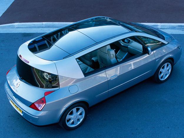 Przednia szyba płynnie przechodzi w przeszkloną płaszczyznę dachu. Tylna, panoramiczna ustawiona jest prawie pionowo, podobnie jak w Coupe de Ville z przełomu lat 20 i 30. /Renault