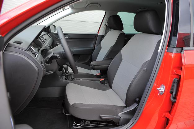 Przednie fotele – surowe w formie, ale wygodne i dosyć trwałe. /Motor