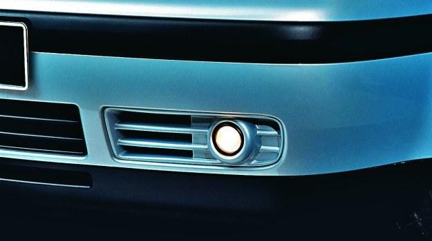 Przednie światła przeciwmgłowe w warunkach normalnej przejrzystości mogą być używane tylko od zmierzchu do świtu na drogach krętych. /Motor