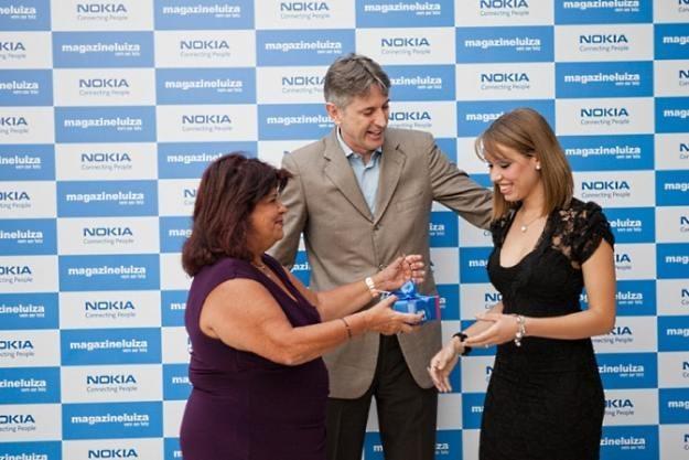 Przedstawiciele brazylijskiego oddziału Nokii wręczają Ashę 303 Fot. Nokia /materiały prasowe