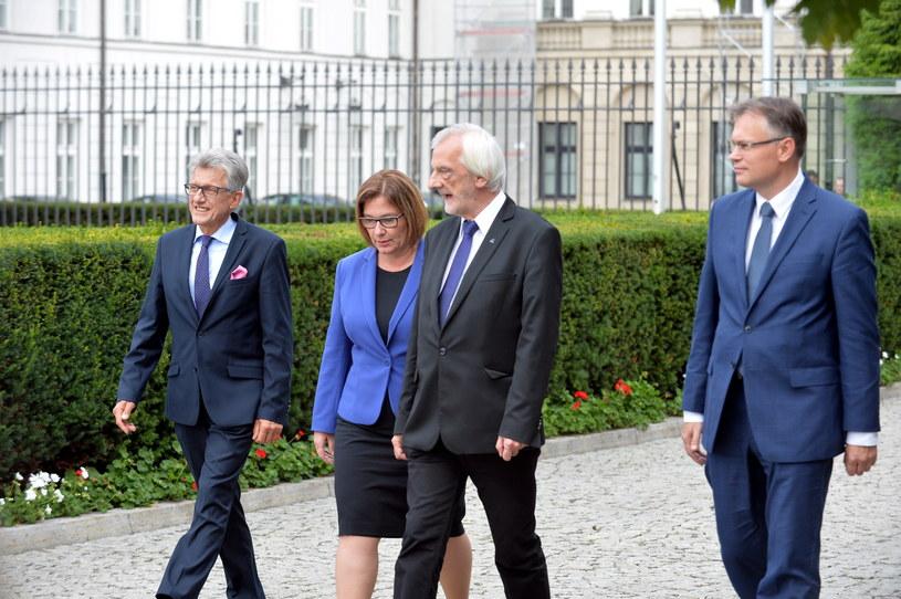 Przedstawiciele klubu PiS opuszczają Pałac Prezydencki po spotkaniu z prezydentem Andrzejem Dudą /PAP