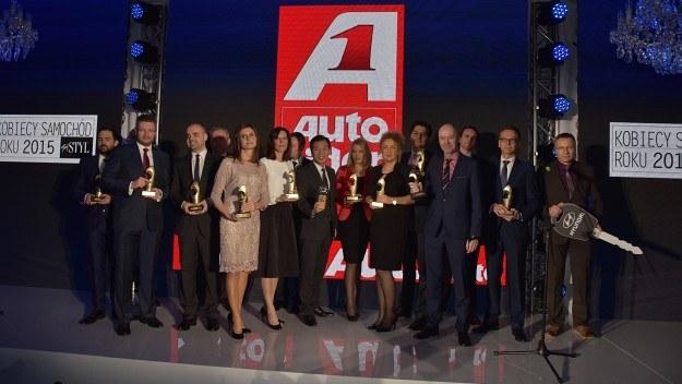 Przedstawiciele nagrodzonych marek wraz ze zwycięskimi statuetkami. /Motor