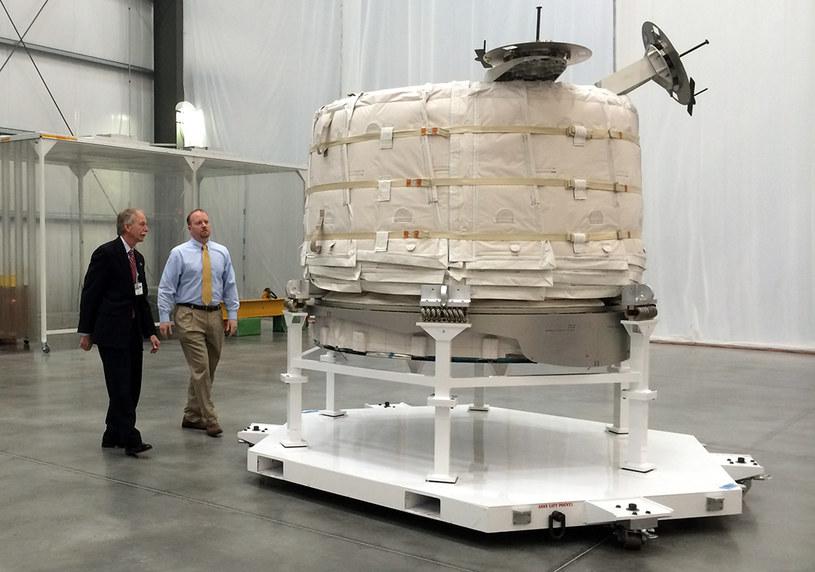 Przedstawiciele NASA w trakcie oględzin nadmuchiwanego modułu Bigelow Aerospace /NASA