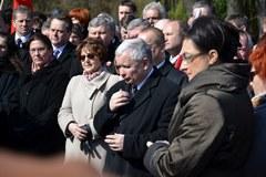Przedstawiciele PiS uczcili pamięć ofiar katastrofy na Powązkach