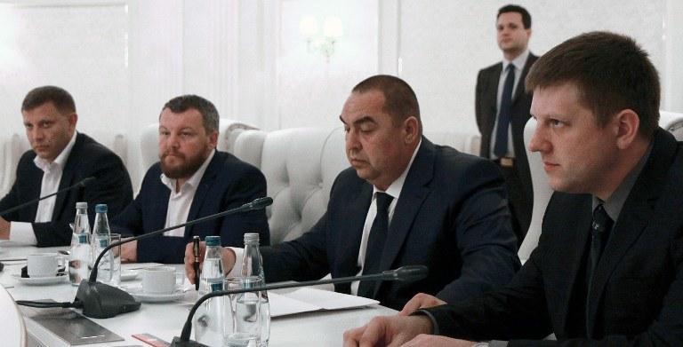 Przedstawiciele władz w Kijowie i prorosyjskich separatystów /PAP/EPA