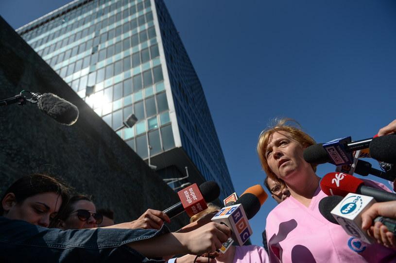 Przedstawicielka strajkujących pielęgniarek Magdalena Nasiłowska, rozmawia z dziennikarzami przed Centrum Zdrowia Dziecka /Marcin Obara /PAP
