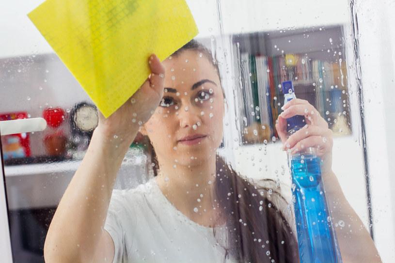 Przedświąteczne mycie okien to prawdziwa zmora Polaków /©123RF/PICSEL