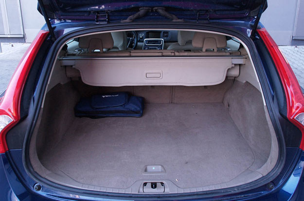 Przedział bagażowy można osłonić siatką wysuwaną zza oparć tylnych foteli /INTERIA.PL