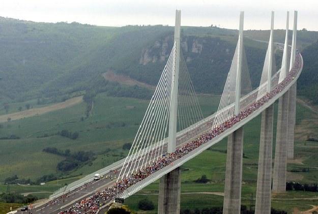 Przejazdy niektórymi mostami są płatne /AFP