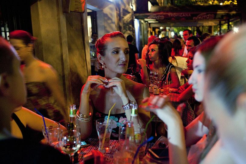 Przejdź się ulicami Bokeska i Njegoseva niedaleko głównego placu miasta, Trg Republike, a znajdziesz dziesiątki modnych kawiarni i klubów nocnych /fot. Djamila Grossman /The New York Times Syndicate