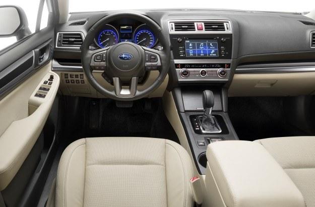 Przejrzysty kokpit został wykonany z przyjemnych dla oka i w dotyku materiałów. Tradycyjnie dla Subaru, kierowca ma przed oczami bardzo czytelne zegary (kolor pierścieni można zmieniać). Zarówno komputer, jak i system multimedialny oferują polski interfejs. Plus za sporo miejsc na drobiazgi. /Subaru
