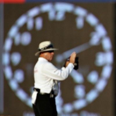 Przejście na czas letni należy odnotować w ewidencji czasu pracy. /AFP
