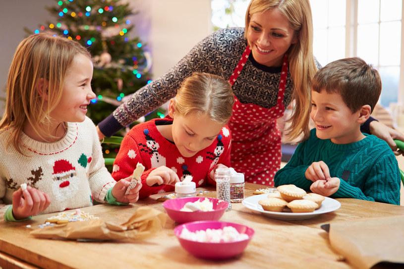 Przekazując dzieciom zasady prawidłowego odżywiania, już od najmłodszych lat wykształcamy w nich nawyki żywieniowe /123RF/PICSEL