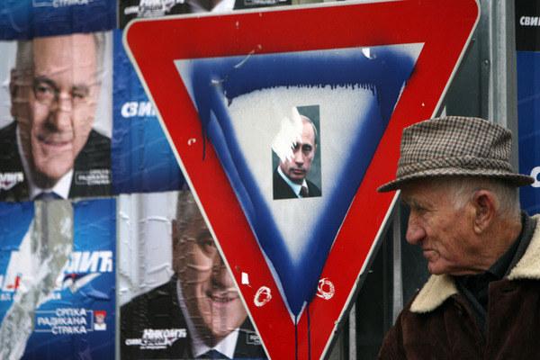 Przemalowany w serbskie (ale również rosyjskie) barwy znak w centrum Mitrovicy, miasta podzielonego na część serbską i albańską. Wielu Serbów z Kosowa ma nadzieję, że Rosja pomoże im wydobyć się z sytuacji, którą uznają za beznadziejną /AFP