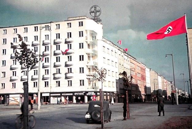 Przemianowana na Adolf Hitler-Strasse ulica Świętojańska w centrum Gdyni na kolorowym zdjęciu z jesieni 1939 roku. /Odkrywca