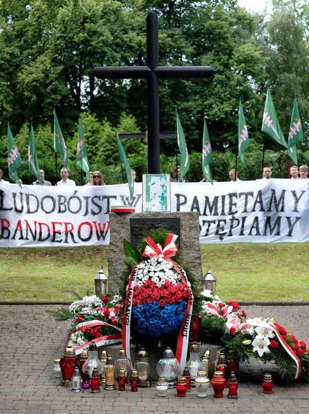 Wieńce przed pomnikiem upamiętniającym Polaków pomordowanych przez UPA latem 1943 roku