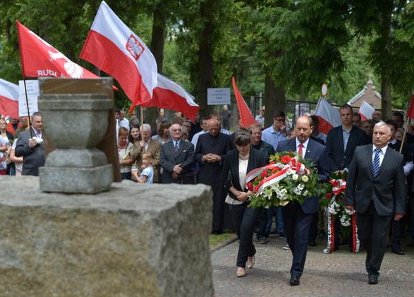 Senator PiS Mieczysław Golba (2P) składa kwiaty przed pomnikiem upamiętniającym Polaków pomordowanych przez UPA latem 1943 roku