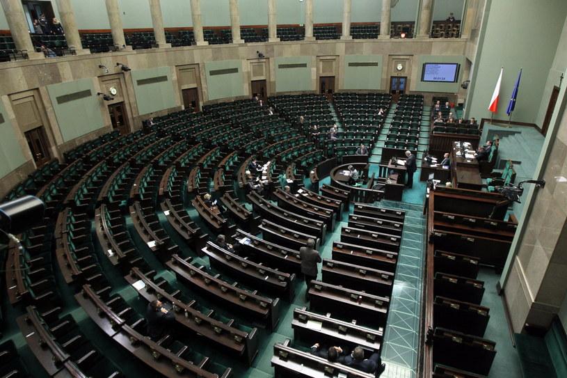Przemysław Krzyżanowski odpowiadał w Sejmie na pytania posłów PiS. Na zdjęciu: sala plenarna /Radek Pietruszka /PAP