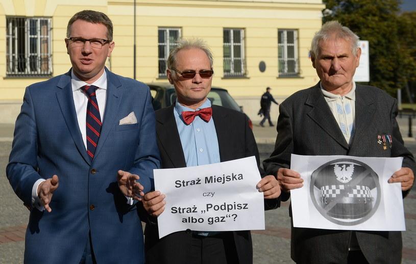 Przemysław Wipler (z lewej) chce likwidacji straży miejskiej /Jakub Kamiński   /PAP