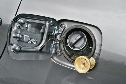 Przeniesienie gniazda do tankowania autogazu z błotnika lub zderzaka pod klapkę wlewu benzyny jest coraz popularniejsze. Zyskuje estetyka auta. /Motor
