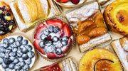 Przepis na drożdżówki z jogurtem i jeżynami
