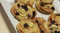 Przepis na prostą i pyszną słodką przekąskę: ślimaczki z serem i rodzynkami