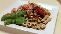 Przepis na szybki sezonowy obiad: penne z bakłażanem i pomidorem