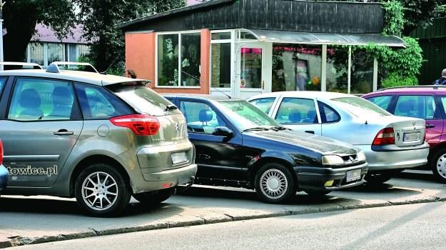 Przepisy dopuszczają parkowanie całego pojazdu na chodniku, ale tylko przodem. /Motor